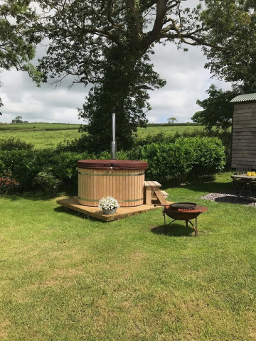 Hot tub outside shepherd's hut